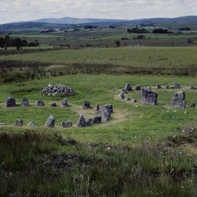 A seulement quelques kilomètres d'Omagh, le site de Beaghmore pour voir les sept cercles de pierres, une douzaine de cairns et des rangées de pierres, le tout perdu dans la lande. Le site semble daté de l'âge de bronze (2000-1200 avant JC). Comté de Tyrone - Irlande 1984