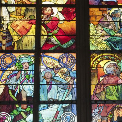 Vitrail (1931) d'Alfons Mucha. Vitrail évoquant la christianisation du pays par Saint Cyrille et Saint Méthode.