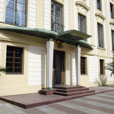 En Bohême, l'architecte Josip Plečnik réalisa les entrées de deux immeublesdonnant sur la deuxième et la troisième cour du château.
