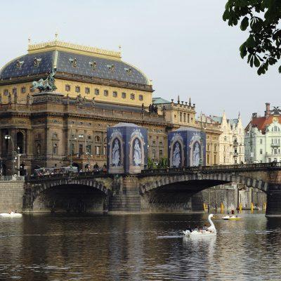 Le Théâtre National bâtiment néo-Renaissance près du pont Charles au bord de la Vltava.