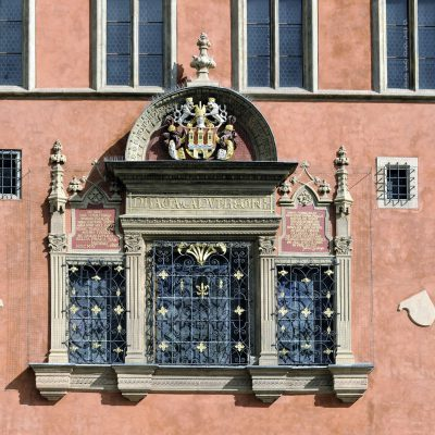 """Détail de la maison renaissance du marchand Križ.Au-dessus de la superbe fenêtre, on peut lire  l'inscription suivante Praga Caput Regni """"Prague, capitale du royaume""""."""