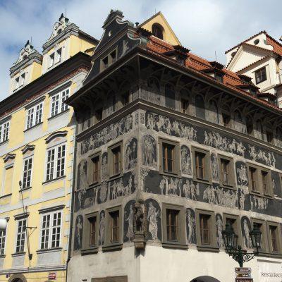 """Représentation de sujets mythologiques. Cette demeure également appelée """"au Lion blanc"""" en raison du motif sculpté sur l'angle.  Cette demeure  a été habitée par la famille de Franz Kafka."""