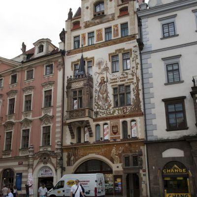 La Maison Štorch sur le côté sud de la place de la vieille ville. Une peinture de saint Venceslas à cheval (fin XIXe siècle) par Mikoláš Aleš décore ce bâtiment néo-Renaissance