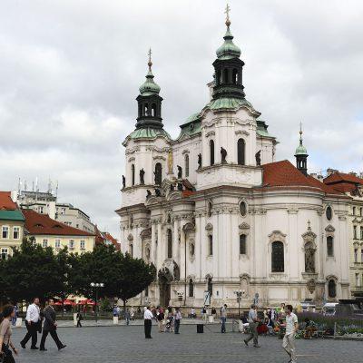 Située sur la place de la Vieille-Ville, la construction de l'église actuelle remonte à 1735. C'est Kilian Ignac Dientzenhofer qui fit édifier le bâtiment sur la demande des moines de l'époque.