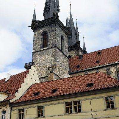 Les flèches de Notre-Dame- de-Týn dominent la place de la Vieille Ville