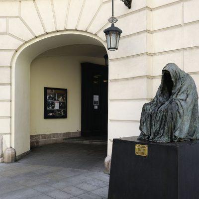 """La Statue du Commandeur ou """"Piéta"""" d'Anne Chromy, célèbre sculpteur tchèque né le 18juillet 1940 à Ceský.  (statue érigée en 2000)."""