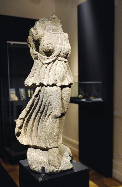 Sculpture de la déesse ailée Nike -bazalte - Syrie - II-IIIesiècle après J.-C.