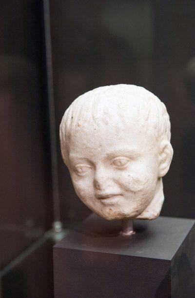 Tête d'enfant souriant - marbre - IIesiècle après J.-C.