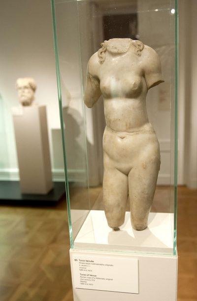 Torse de Venus copie romaine en marbre d'un original grec réalisé au 2e siècle  après J.-C.