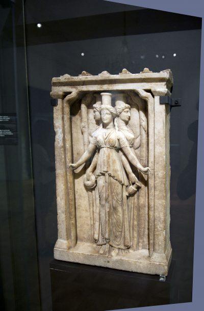 Hécate à triple corps, type hellénistique. Dans la mythologie grecque, Hécate (en grec ancien/Hekátê) est une déesse de la Lune, fille du Titan Persès.Marbre Période de l'empereur Adrien.