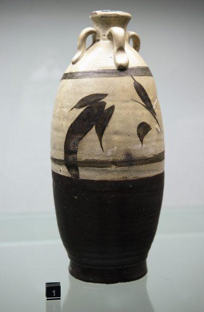 Bouteille avec motifs de feuilles de bambouDynastie Yuan Chine 13e siècle.