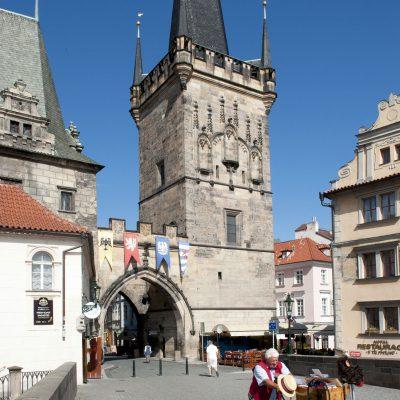 La tour du pont de Malá Strana, du XVe siècle, et la tour du pont Judith, du XIIesiècle, forment un porche donnant accès à Malá Strana.
