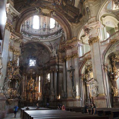L'église Saint-Nicolas de Malá Strana, une des églises les plus visitées de Prague, se situe dans le quartier de Malá Strana, à l'ouest de la Vltava. Sa coupole et sa fière tour font traditionnellement partie du panorama du Château de Prague.