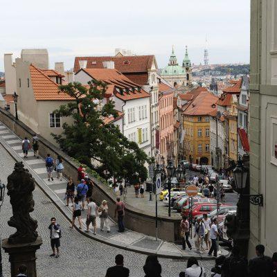 Rue Nerudova près du château de Prague.
