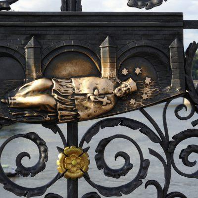 Le pont, orné tout du long de 75 statues mises en place par les catholiques, est protégé par une tour à chacune de ses extrémités. De nombreuses légendes et histoires découlent de ce pont, notamment celle de saint Jean Népomucène, prêtre martyr qui fut jeté par dessusle pont sous l'ordre du roi Venceslas IV.Aujourd'hui, toucher du doigt les plaques en bronze au pied de sa statue apporterait chance et bonheur.