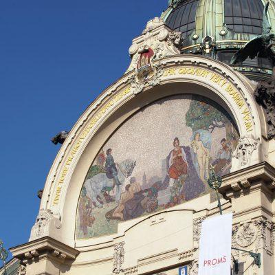 Conçue par les architectes Antonín Balšánek et Osvald Polívka et édifiée entre 1905 et 1911, la Maison municipale abrite aujourd'hui un café réputé, un restaurant et surtout une salle de concert.