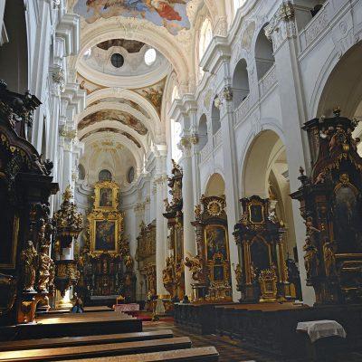 La disposition gothique originelle est dominée par une voûte ornée d'une fresque due au peintre Václav Vav Inec Reiner.