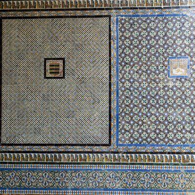 Les murs des galeries de la cour sont ornés de remarquables azulejos aux couleurs profondes à dominante bleu, qui furent exécutés au XVIe siècle.