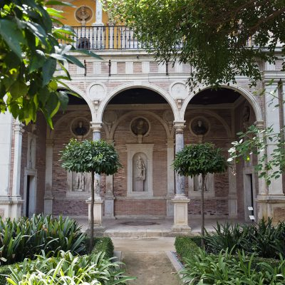 Le Grand jardin, restauré au XIXe siècle, possède deux galeries ou loggias à triple arcade reposant sur des colonnes ainsi que des niches occupées par des bustes. Il abrite également un bassin central et des allées bordées de haies.