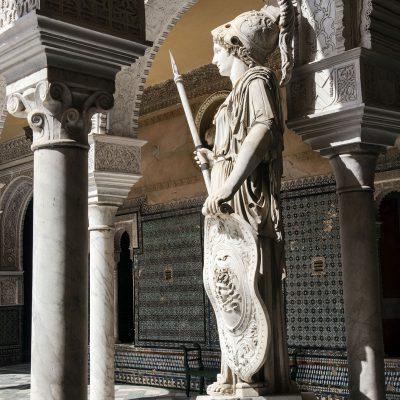 Deux statues d'Athéna ornent les angles de la cour. L'une d'entre elles est un original grec du IVe siècle av. J.-C., tandis que l'autre est une copie romaine restaurée au XVIe siècle.