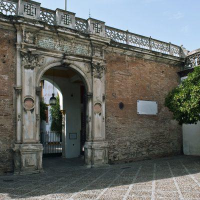L'accès au palais se fait à travers un grand portail de marbre ouvragé, réalisé à Gênes en 1529 et placé en 1533 comme en témoigne l'inscription figurant au-dessus de l'arc. La Casa de Pilatos SÉVILLE août 2011