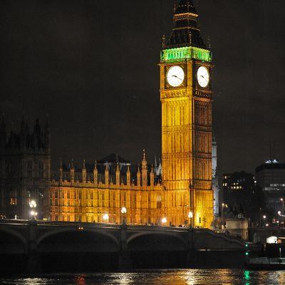 Big Ben est le surnom de la grande cloche de 13,5 tonnes se trouvant au sommet de l'Elizabeth Tower, la tour horloge du Palais de Westminster, qui est le siège du parlement britannique (Houses of Parliament), à Londres.