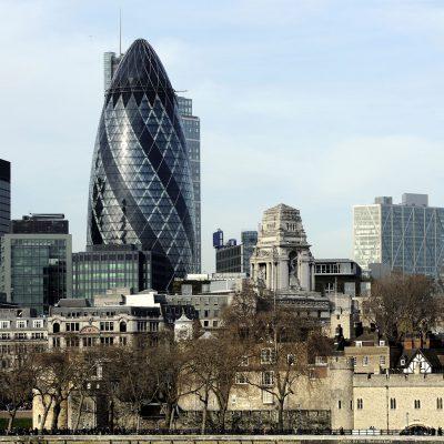 Vue sur la cité de Londres depuis le bord de la Tamise vers la tour de Londres. La tour que Norman Foster