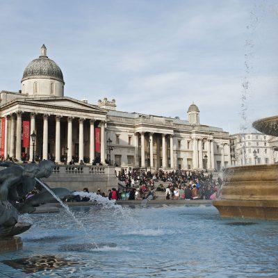 Trafalgar Square est une place très célèbre de Westminster à Londres dont le nom commémore la bataille de Trafalgar qui opposa les flottes franco-espagnoles et britanniques en 1805. Le lieu est bien connu pour être un espace social et de liberté d'expression