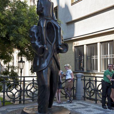 Statue Franz Kafka, Œuvre de l'artiste Jaroslav Róna. Elle se situe au coin des rues Dušni et Vezenská, là où se situait avant la frontière entre la Vieille-Ville chrétienne et le quartier juif de Josefov.