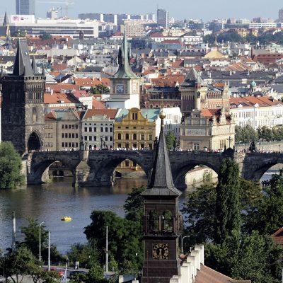 Le pont, orné tout du long de 75 statues mises en place par les catholiques, est protégé par une tour à chacune de ses extrémités.