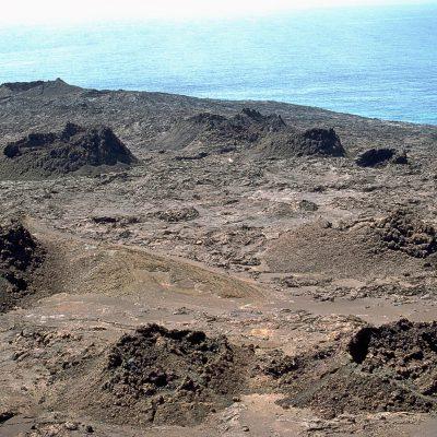 """Un paysage criblé de cônes volcaniques dits """"en bouse de vache"""" - Île Bartolomé"""