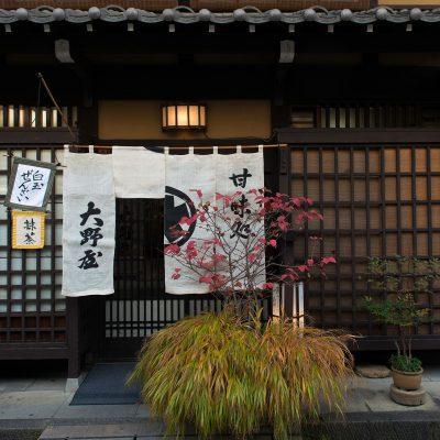 Sanmachi est le quartier de Takayama qui met le plus en valeur le patrimoine bâti de la ville, issu du talent des menuisiers qui s'exprima avec bonheur ici. Les rues qui longent la rivière Miya sont ainsi bordées d'anciennes maisons de marchands à pans de bois. Elles ont été reconverties en musées ou en boutiques d'antiquités, de laques ou de poteries. On y croise aussi nombre de brasseries de saké où les visiteurs sont toujours les bienvenus pour une dégustation. Ne manquez pas les maisons Kusakabe et Yoshijima, très représentatives de l'architecture de Takayama.
