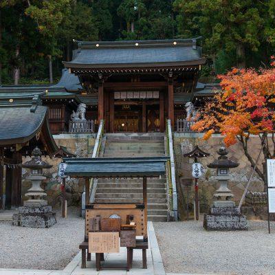 Le sanctuaire Sakurayama Hachiman-gu, se trouve juste au-dessus du hall d'exposition des chars du Matsuri de Takayama. Ce sanctuaire se trouve au milieu d'une forêt de cèdres, et il sert de point de départ pour le grand Matsuri.