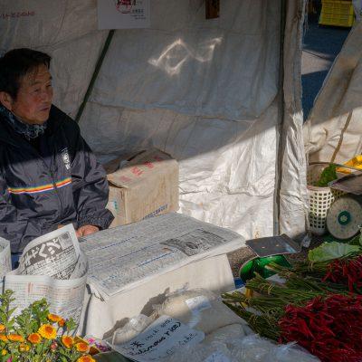 Les marchés ont vu le jour à l'époque Edo, il y a environ 200 ans. On y vendait le riz, les mûriers et des fleurs. C'est à partir du milieu de l'ère Meiji, il y a environ 100 ans qu'ils prirent le nom de «Marchés du matin» lorsque les femmes d'agriculteurs commencèrent à y apporter les légumes de la ferme. Les marchés de Takayama sont une attraction importante de la ville. Ils se tiennent tous les matins dans le centre et rassemblent les fermiers des villages environnants venus vendre leurs produits en ville. On y trouve à la fois des fruits et légumes, comme des objets d'artisanat. L'un est installé à proximité de Takayama Jinya, l'autre à proximité de la rivière Miya-Gawa.