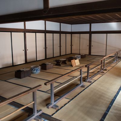 Le Takayama Jinya : c'était le siège du gouvernement de l'ancienne province de Hida durant la période des shoguns Tokugawa. Bureaux des fonctionnaires d'Etat : ici travaillaient les administrateurs, les comptables et la police du district géré par la préfecture de Takayama.