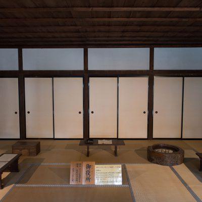 Le Takayama Jinya : Les premières pièces sont en fait les bureaux des fonctionnaires d'Etat : ici travaillaient les administrateurs, les comptables et la police du district géré par la préfecture de Takayama. Difficile d'imaginer ce qu'ils faisaient exactement en ces lieux car il y a peu de mobilier présent, à l'exception de petits bancs. Avaient-ils des bureaux pour écrire? Le mystère demeure... Dans tous les cas, les pièces sont très vastes et peuvent se découper en pièces plus petites si l'on tire les parois en papier de riz.