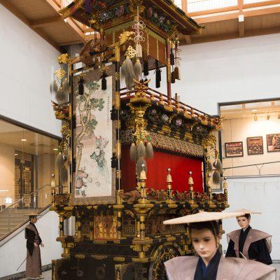 Le hall d'exposition des chars se trouve à Sakurayama Hachiman. Il renferme 11 chars du festival d'automne de Takayama. Quatre chars sont exposés dans une rotation trois fois par an, en mars, en juillet et en novembre.