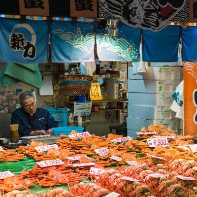 170 marchands de fruits et légumes, poissons et toutes denrées culinaires sont rassemblés dans ce marché couvert presque tri-centenaire.