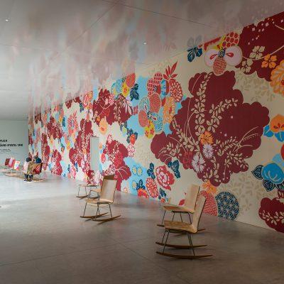 People's Gallery - 2004 - Michael Lin : Conçu à partir d'une recherche sur les procédés et les motifs utilisésdans la teinture. Kag Yüzen, l'œuvre prropose une nouvelle expérience de l'espace. Les sièges sont le résultat d'une collaboration avec Sanaa. Musée d'Art Contemporain du 21e siècle de Kanazawa