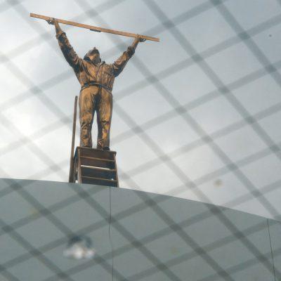 Le Musée d'Art Contemporain du 21e siècle de Kanazawa - Jan Fabre - The Man WWho Measures the Clouds. Cette œuvre a été inspirée par l'histoire vraie d'un détenu devenu ornithologue sans quitter sa cellule. L'image de cet homme qui tend une règle vers le ciel nous fait réfléchir sur la vie, la mort, et la liberté de l'homme. L'œuvre est installée sur le toit du monde.