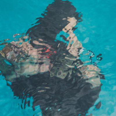The Swimming Pool - Leandro Erlich - 2004 - Quand on la regarde du niveau du solcette πuvrefait l'effetd'une piscineremplied'eau. Sa surface joue le rôle d'une interface suscitant la rencontre entre les visiteurs au niveau du sol et ceux qui sont en dessous (à l'intérieur du bassin). Le Musée d'Art Contemporain du 21e siècle de Kanazawa.
