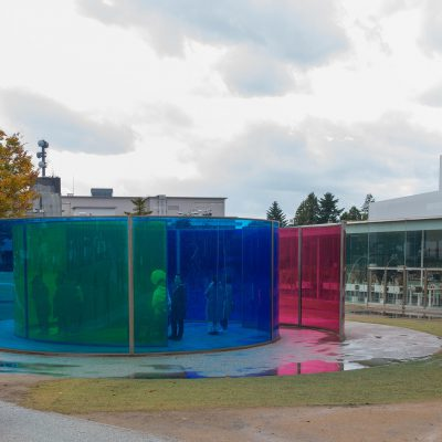 Colour activity house 2010 - Olafur Eliasson - Les verres de couleurs cyan, magenta et jaune se mélangent en fonction de l'environnement et des mouvements des spectateurs pour créer des paysages de couleurs différentes. Le Musée d'Art Contemporain du 21e siècle de Kanazawa