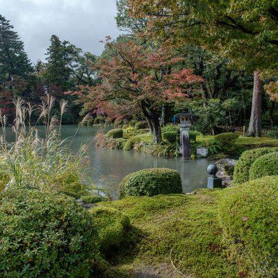 Ce jardin est l'incontournable de Kanazawa, il est considéré comme l'un des 3 plus beaux jardins du Japon. Kenroku-En était historiquement le jardin extérieur du château de Kanazawa. Son nom signifie «les six-combinés», il fait référence à six qualités précises que l'on prête à ce lieu: son immensité, sa solennité, son agencement minutieux, son caractère vénérable et la fraîcheur qui s'en dégage (due à la présence de nombreuses pièces d'eau).