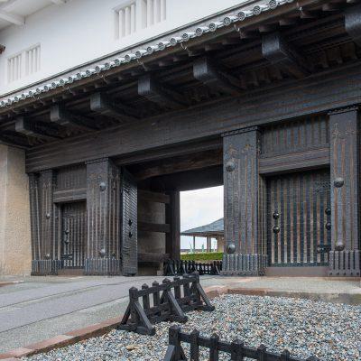 Le château de Kanazawa est un complexe fortifié situé dans la ville éponyme, le long de la mer du Japon à l'ouest de Honshu. Détruit par un incendie, le donjon principal n'existe plus. La visite se concentre sur le parc qui est magnifié au printemps et se compose de fortifications, tourelles et portes.