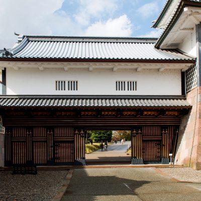 Kanazawa-Jô: fut édifié par Sakuma Morisama en 1580. Il passa ensuite sous le contrôle de la famille Maeda qui le reconstruisit en 1592. Il fut ravagé par les flammes à de nombreuses reprises et à chaque fois reconstruit notamment en 1620, 1631, 1762 et 1881. Kanazawa-jô fit l'objet de restaurations majeures dans les années 2000. Ces restaurations s'achevèrent en 2005.