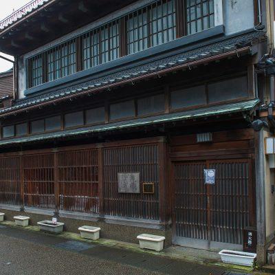 Le vieux quartier de Higashi Chaya-machi, avec ses rues bordées de maisons de geishas aux fenêtres en lattes de bois et aux vastes portes, a conservé son atmosphère de quartier de plaisirs.