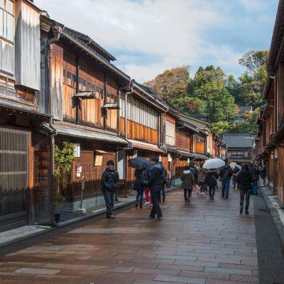Le nom du quartier Higashi-Chaya gai vient de sa localisation, «higashi» signifie «l'est» en japonais, mais aussi de sa fonction sociale. En effet, vous êtes ici au cœur du quartier des «chaya», les traditionnelles maisons de thé nippones, dans lesquelles les geishas s'exerçaient à toutes les palettes de leur art afin de distraire la haute société de l'ère Edo.
