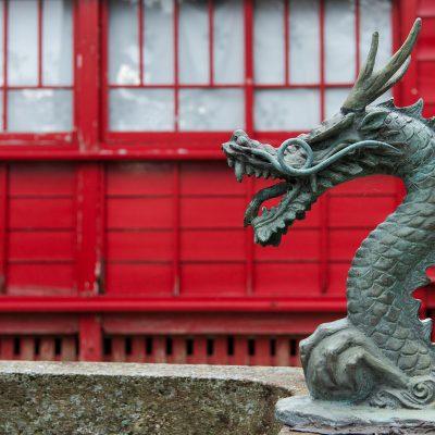 Le temple Hosen-ji de Kanazawa - Des bassins remplis d'eau (chōzubachi) sont utilisés par les fidèles pour se laver la main gauche, puis la main droite, la bouche et enfin la poignée de la louche utilisée appelée hishaku pour se purifier avant d'approcher le principal sanctuaire shinto ou shaden.
