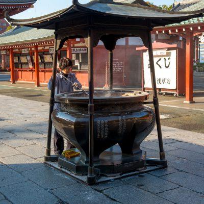 Le temple Senso-Ji - Avant d'entrer dans le Kannon-dô, on passe devant un grand bruloir à encens, s'envelopper de cette fumée est supposé avoir des vertus curatrices.