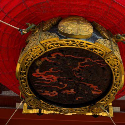 Le temple Senso-ji : énorme lanterne japonaise sur le portique Kaminarimon